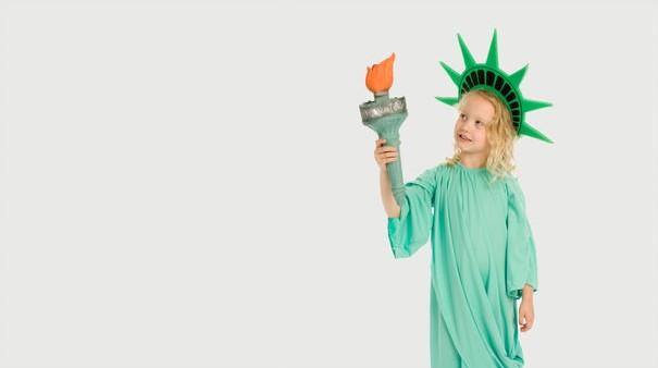 Criança vestida de estátua da liberdade